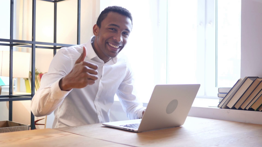 thumbs-up-by-black-man-in-office_hwexggbug_thumbnail-full04